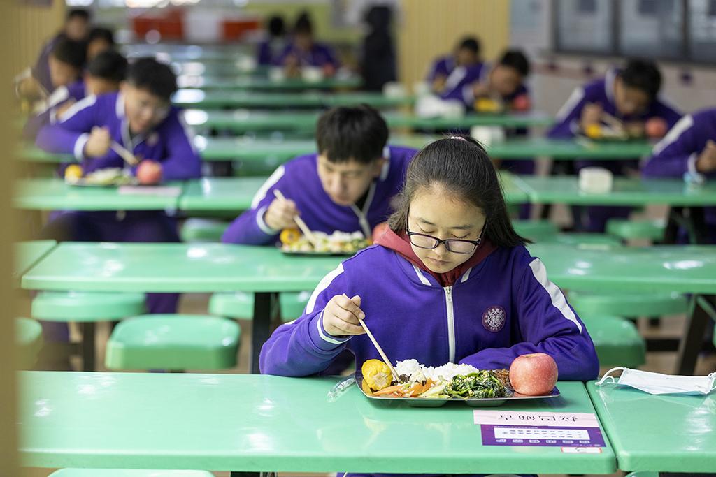 6、南开大学附属中学学生分散就餐(王英浩 摄 13602070395).jpg