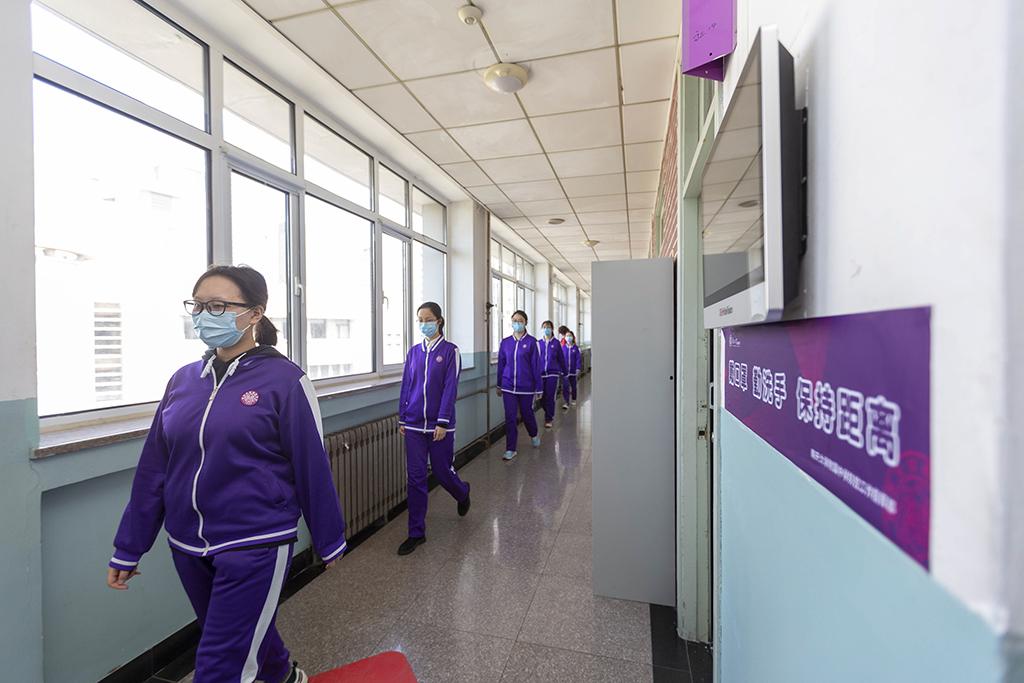 7、南开大学附属中学学生分散排队上厕所_1(王英浩 摄 13602070395).jpg