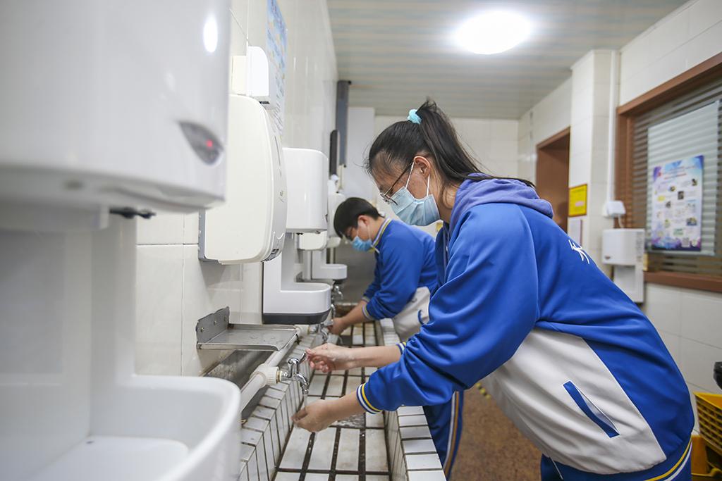 8、天津大学附属中学学生洗手消毒_1(王英浩 摄 13602070395).jpg